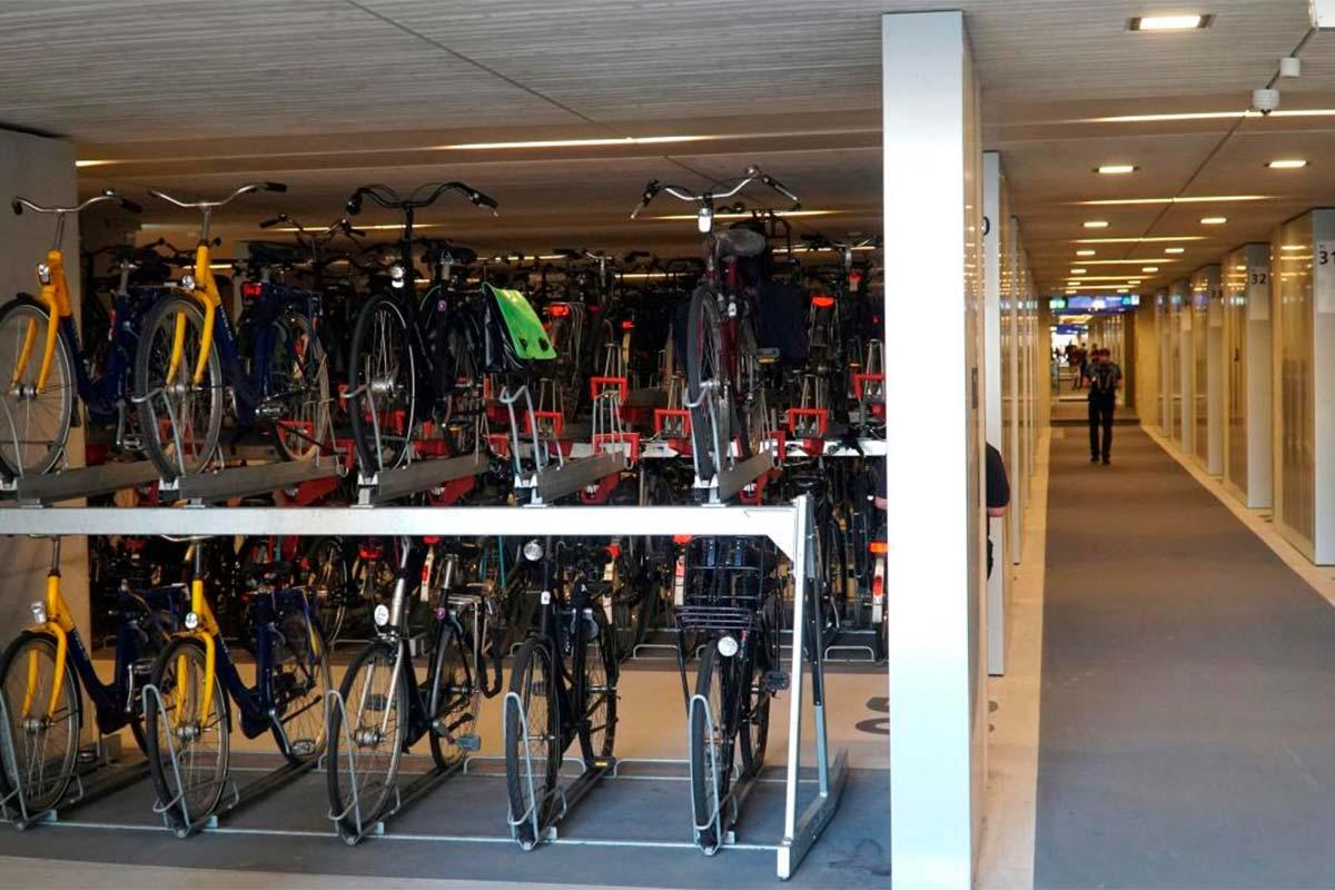 Holanda inaugura el parking para bicicletas más grande del mundo: tres plantas, 12.656 plazas y primer dí...