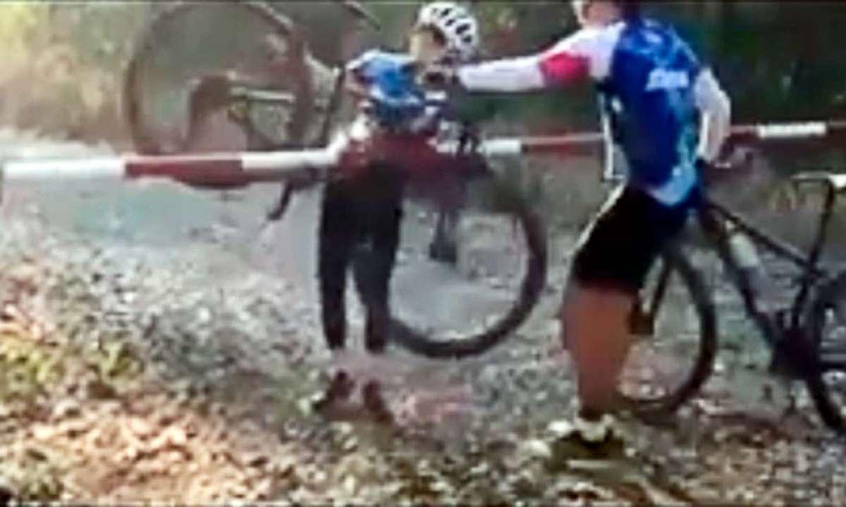 El más difícil paso por barrera de toda la historia del ciclismo de montaña